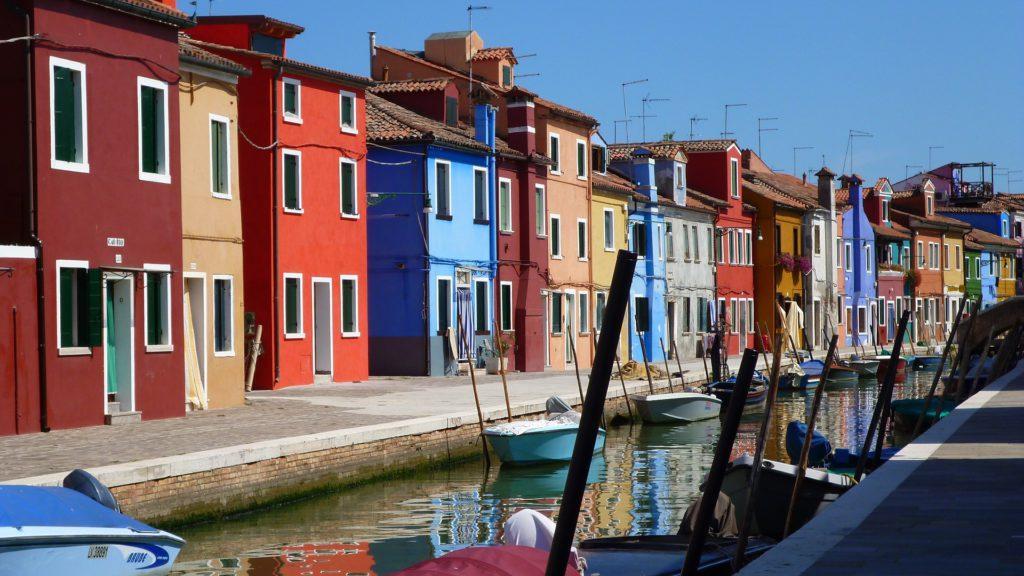 Les sublimes façades aux mille couleurs des maisons de pêcheurs de Burano, île vénitienne
