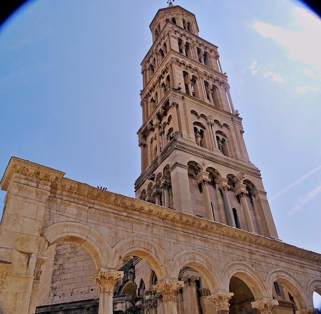 Le clocher du palais de Dioclétien, abrité derrière les remparts de Split en Croatie
