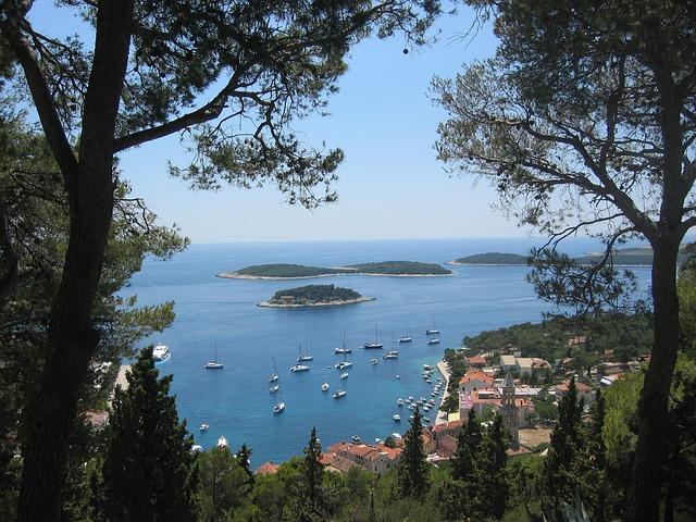 Les îles au large d'Hvar en Croatie