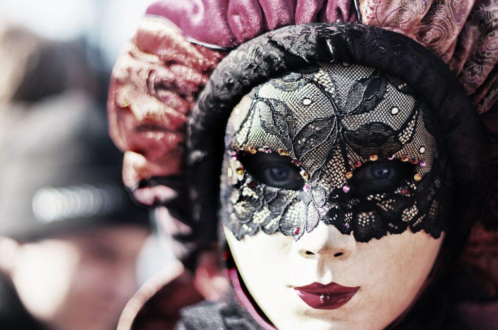Les fameux masques du Carnaval de Venise, fabriqué à base de dentelle de Burano