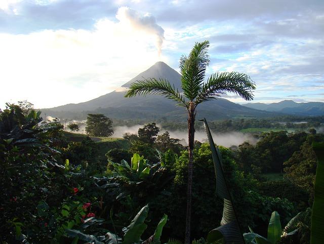 Le volcan Arenal au Costa Rica entouré de sa verdoyante faune