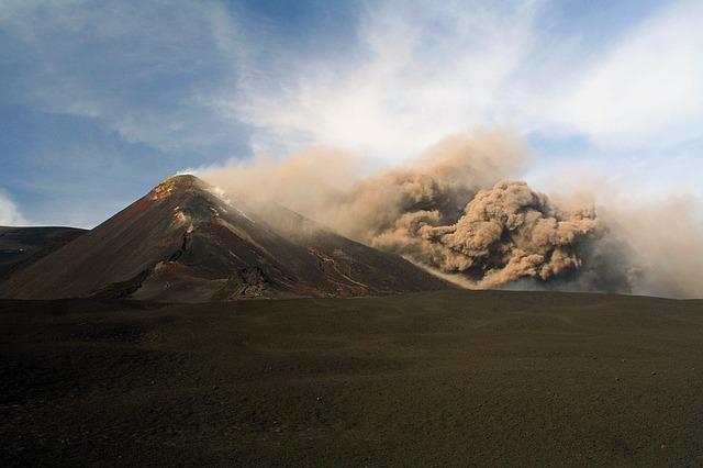 Toutu en haut du Mont Etna, le volcan en fumée