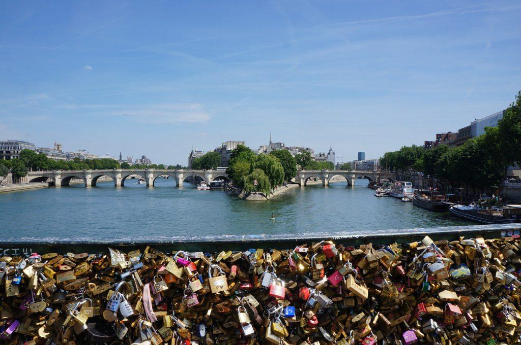 Les cadenas de l'amour du Pont des Arts à Paris, symboles de la Saint Valentin