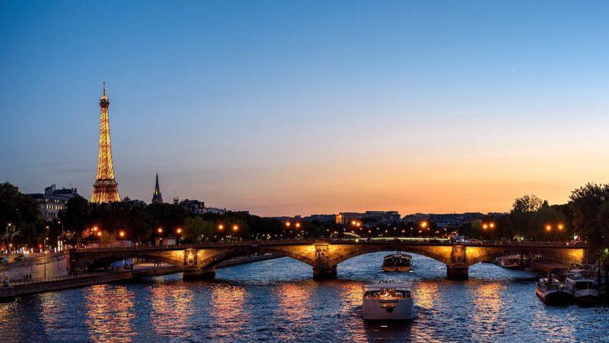 decouvrez-paris-et-ses-merveilles-bord-dun-bateau-luxe